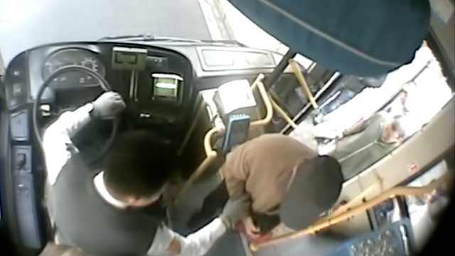 老人上公交站不稳,暖心司机抱下车