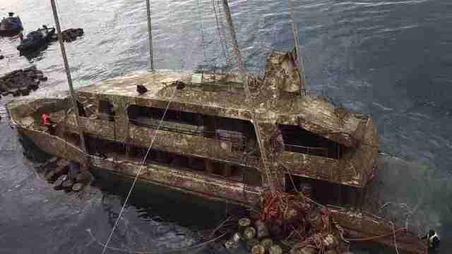 """普吉遇难船只""""凤凰号""""被打捞出水"""