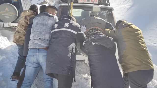 18人自驾游遇雪崩断路,9车被困雪山