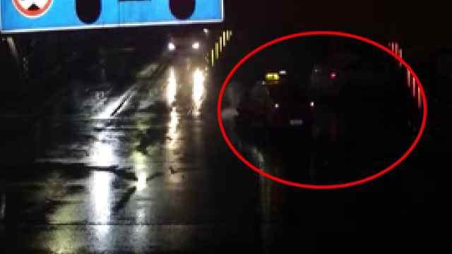 荆州市路口,两辆车猛烈相撞