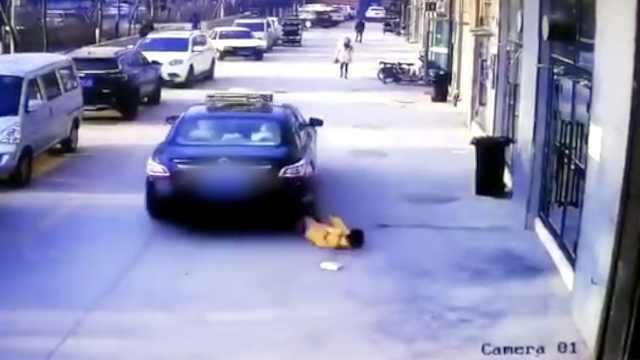 幼童蹲地玩耍,出租车竟直接碾过