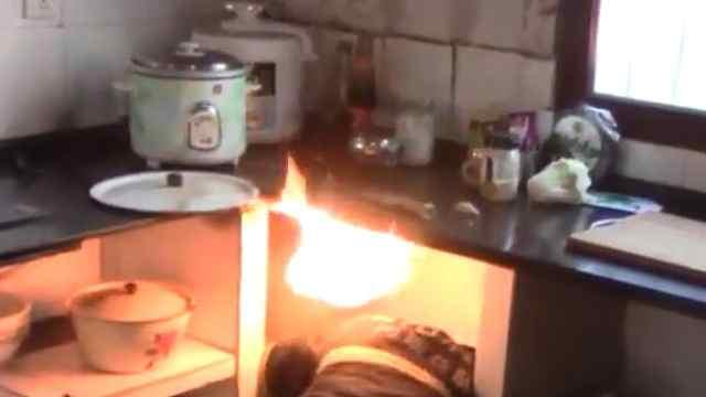 猛犸视频丨消防员徒手关喷火煤气罐