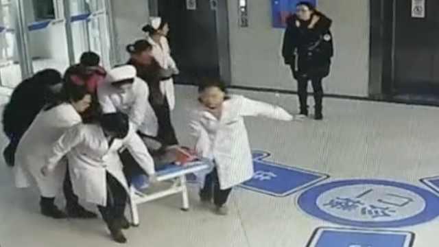 他心脏骤停,护士跳上推车跪着抢救