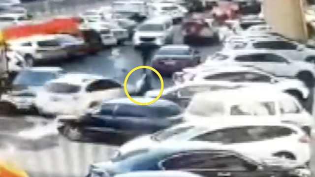 她停车误踩油门撞5车,路人夹缝逃生