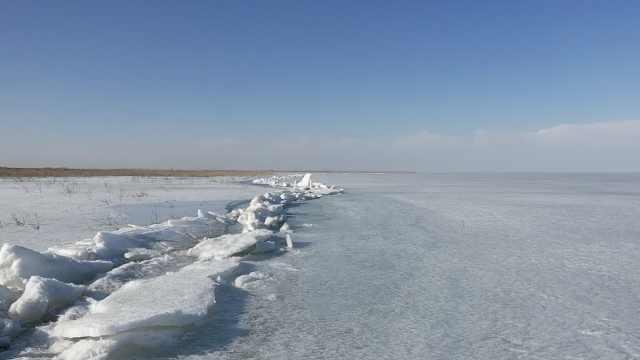 新疆博湖现推冰奇观,发出咔咔巨响