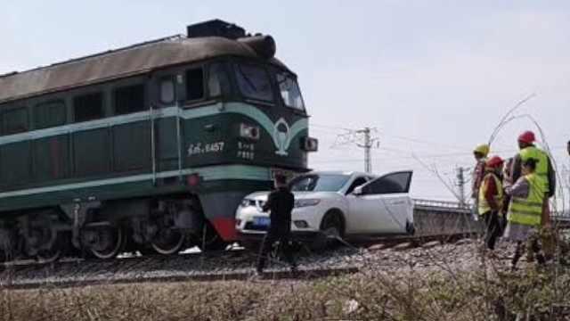 湖北私家车与火车相撞,车轮都掉了