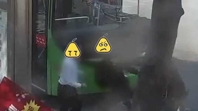 他摔倒怪公交司机,路人劝架反被揍