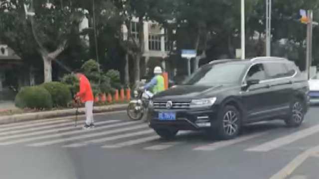 护送老人过马路,这位辅警真暖心