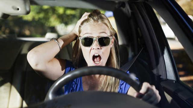 她拍视频炫耀会开车,闯红灯出车祸