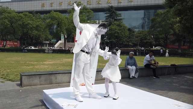孩子街头演哑剧,呼吁反对家庭暴力