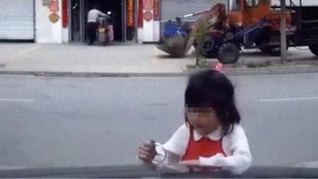 幼童掰歪路边奔驰车标,车主:不追责
