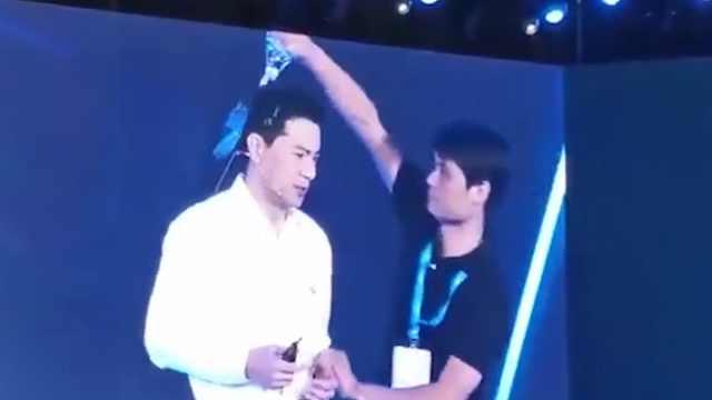 百度CEO李彦宏演讲中被泼水