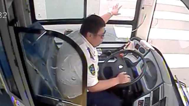 司机救人3次闯红,乘客主动作证