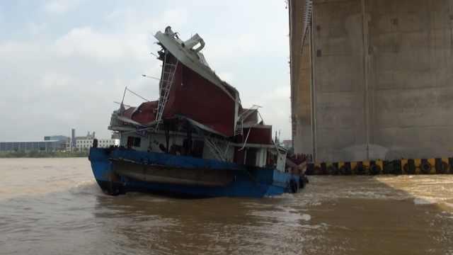 货船撞上大桥变形失控,进水后沉没