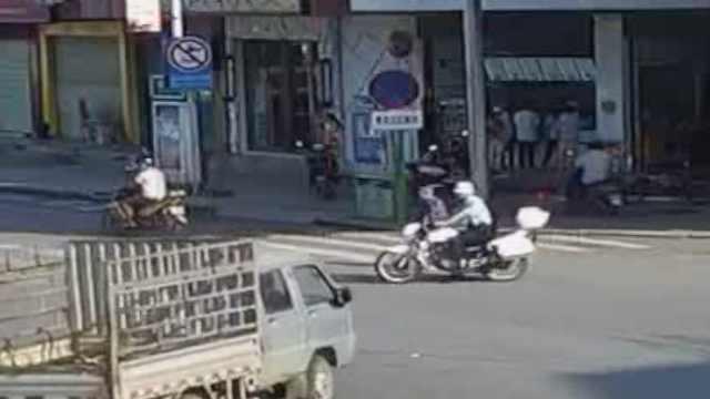 老人蹒跚过马路,辅警横档车流护驾