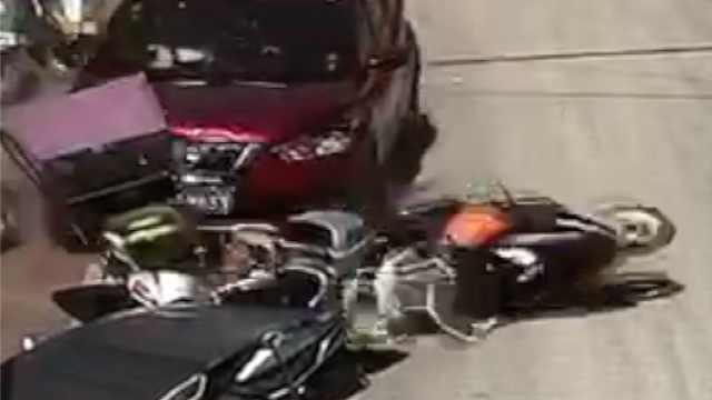 老婆误踩油门撞8车,丈夫4连吼刹车