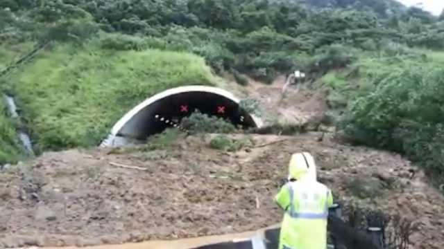 台风后山体垮塌,高速隧道口被堵死