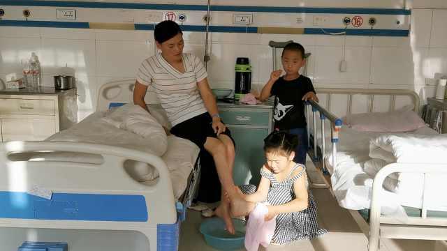10岁扛家!小女孩病房照顾残疾母亲