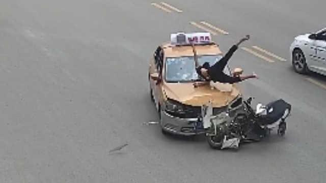 他转弯不让直行车,被撞飞还负全责