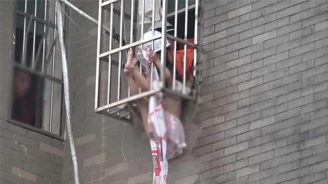 女童被卡窗外,倒挂金钩悬空半小时