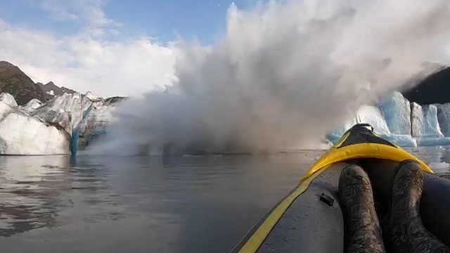 冰川崩塌掀起巨浪,划船者死里逃生
