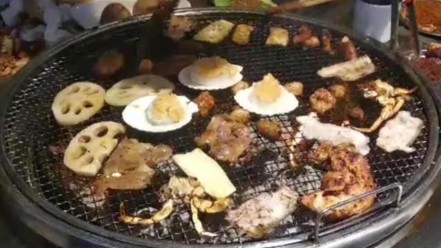 超人气火盆烧烤:蘸料秘制,食客自烤
