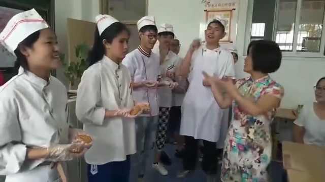 无声的祝福!聋哑学生为老师做月饼