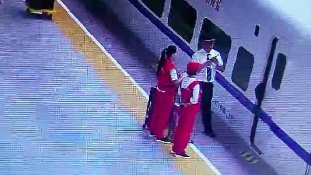 学生抢上高铁包被夹住:晚点5分钟