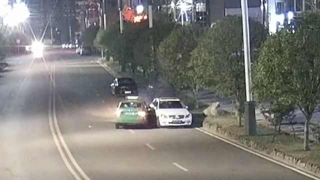监控:的哥梦游式驾驶,直怼路边车