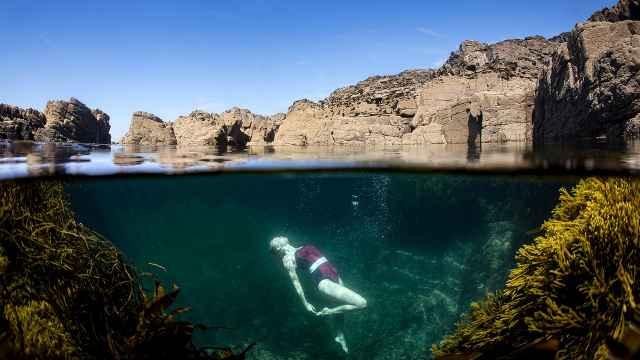 废弃矿坑灌满海水,成绝美游泳池