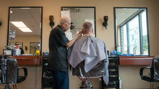 世界最老理发师去世,享年108岁