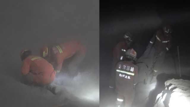 煤灰坍塌埋2人,消防徒手刨灰救出