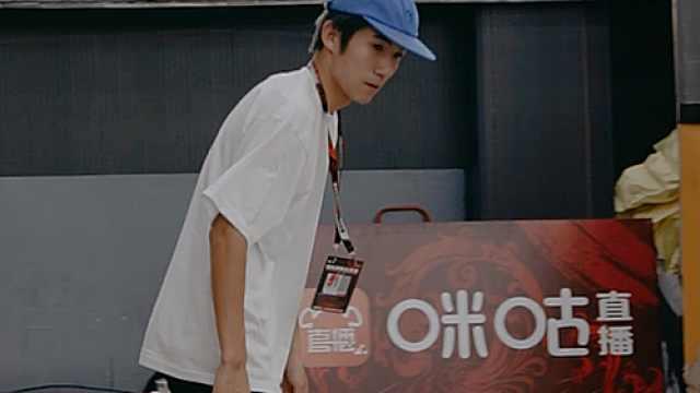 滑板少年的日常,唯独爱黑白T恤