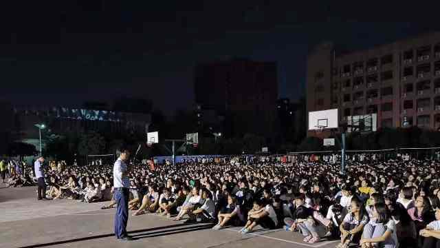 玉林地震,中学生操场避险集体合唱