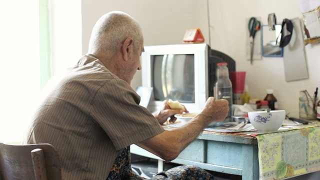 老人独自用餐或增加死亡及抑郁风险
