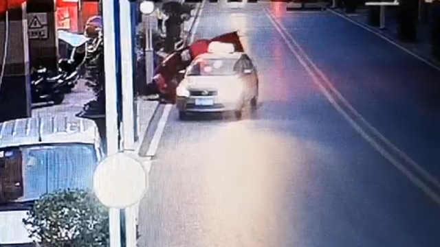 出租车为载客强行变道,致后车侧翻