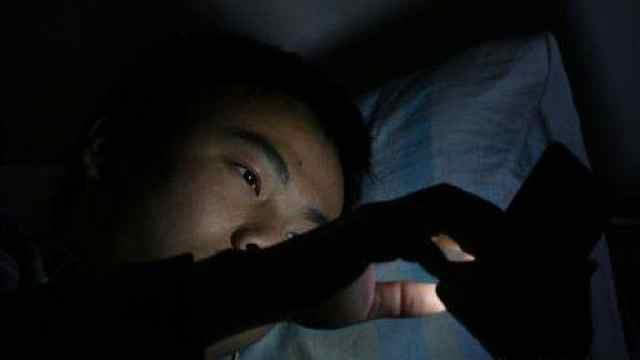 睡前玩手机增加抑郁风险,更易失眠