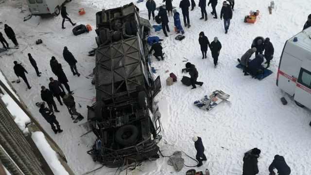 俄公交失控坠入冰河,致19人死亡