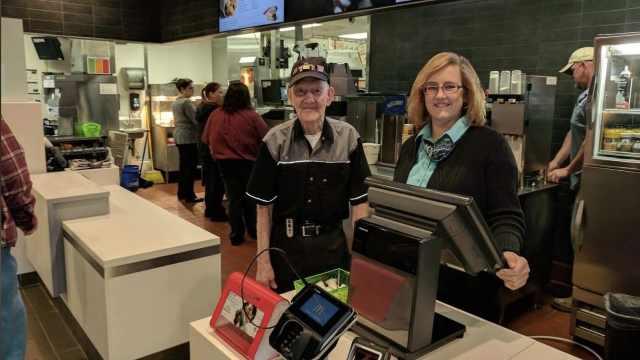 老可爱!麦当劳92岁员工仍不退休