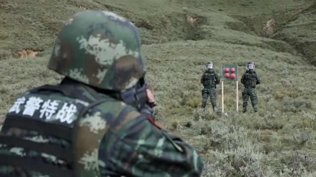 武警高原射击训练,靶子旁站着战友
