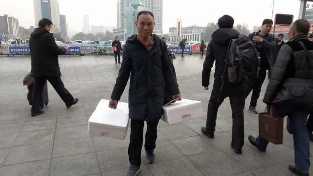 重庆大哥山东打工,买海鲜回家过年