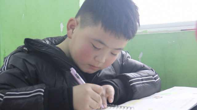 增肥救父男孩考试全班第8,思父落泪