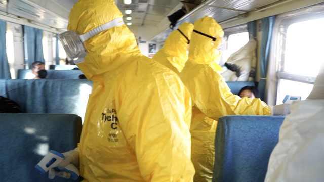 医生火车测检乘客,下班后口罩湿透