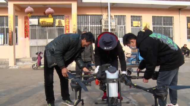 父子用无人机免费为村里喷洒消毒液