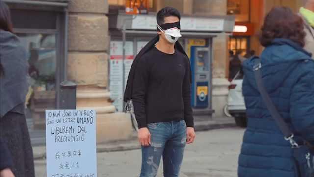 一位华人戴口罩在意大利街头做实验