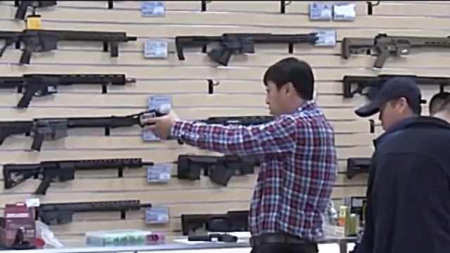 探访美国枪店:亚裔社区枪支销量暴增,担忧疫情与种族歧视