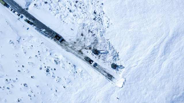 川藏线突发雪崩:进藏旅客求救,武警官兵海拔4200米紧急抢通