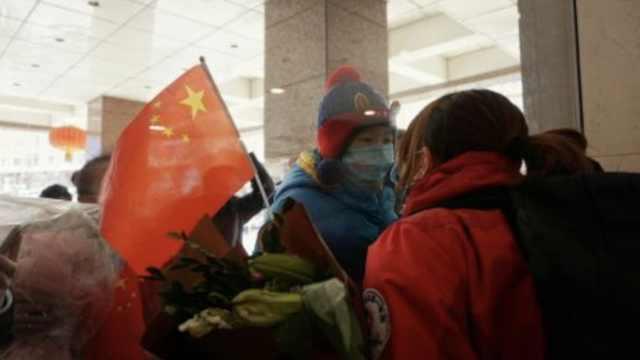 感人一吻!支援武汉33天,黑龙江护士回家隔窗亲吻5岁儿子