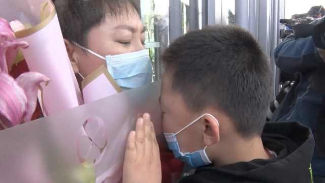 """""""亲亲妈妈!""""河北最后一批医疗队回家,护士与孩子隔玻璃亲吻"""