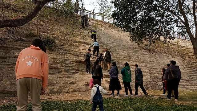 景区闭园游客带小孩爬城墙进入,保安大喊:你们就这样教小孩